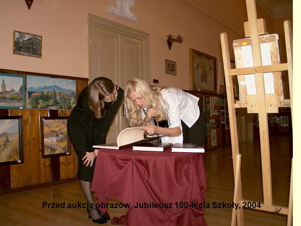 Przed aukcją obrazów, Jubileusz 100-lecia Szkoły, 2004