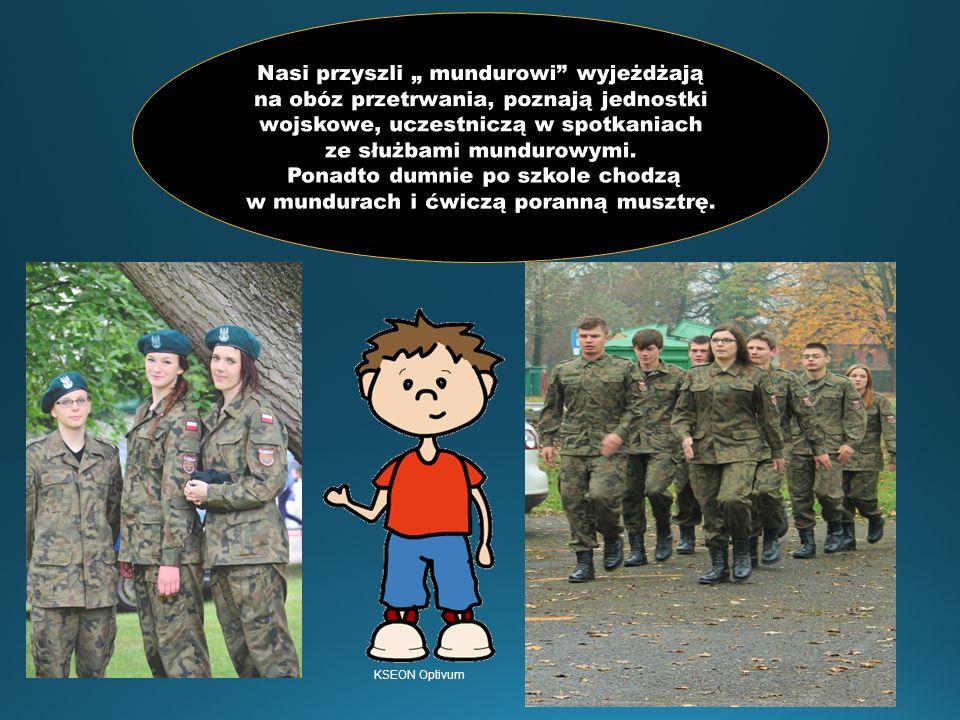 """Nasi przyszli """" mundurowi wyjeżdżają na obóz przetrwania, poznają jednostki wojskowe, uczestniczą w spotkaniach ze służbami mundurowymi. Ponadto dumnie po szkole chodzą w mundurach i ćwiczą poranną musztrę."""