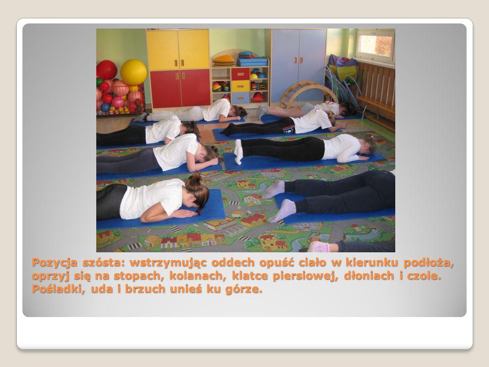 Pozycja szósta: wstrzymując oddech opuść ciało w kierunku podłoża, oprzyj się na stopach, kolanach, klatce piersiowej, dłoniach i czole.