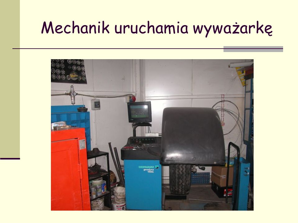 Mechanik uruchamia wyważarkę