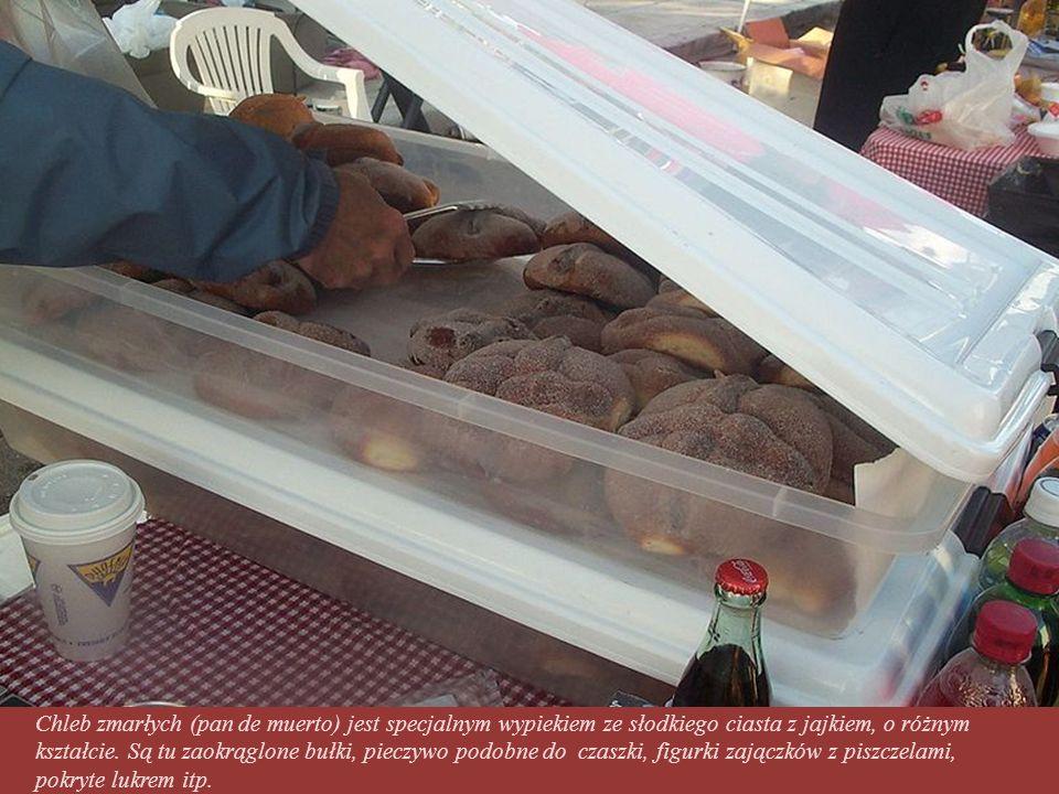 Chleb zmarłych (pan de muerto) jest specjalnym wypiekiem ze słodkiego ciasta z jajkiem, o różnym kształcie.