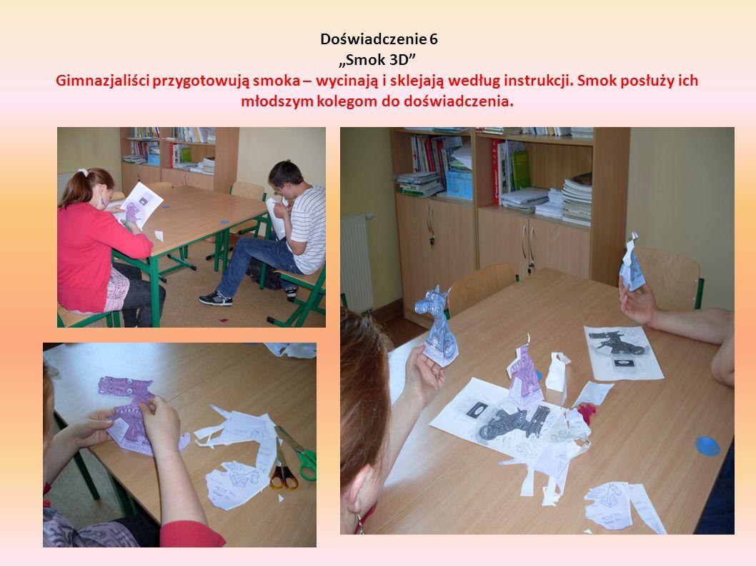 """Doświadczenie 6 """"Smok 3D Gimnazjaliści przygotowują smoka – wycinają i sklejają według instrukcji."""