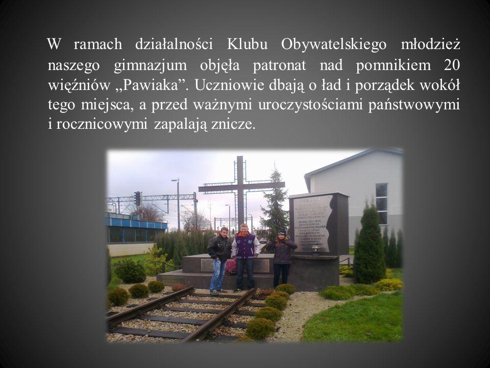 """W ramach działalności Klubu Obywatelskiego młodzież naszego gimnazjum objęła patronat nad pomnikiem 20 więźniów """"Pawiaka ."""