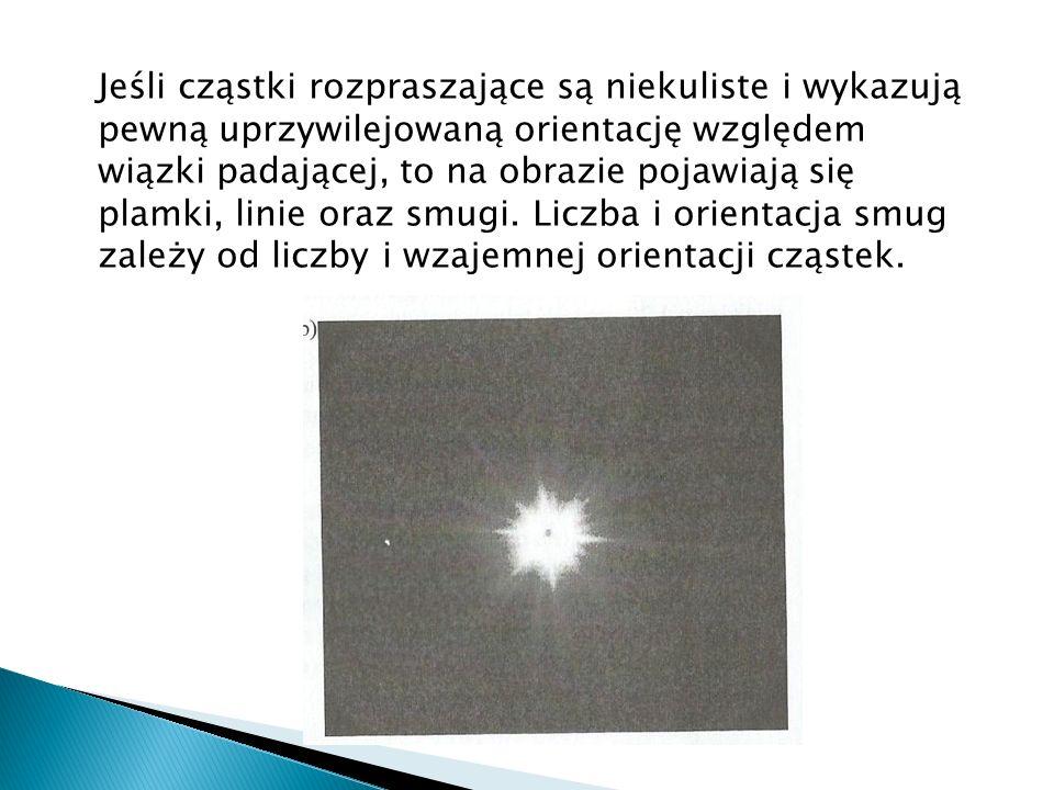 Jeśli cząstki rozpraszające są niekuliste i wykazują pewną uprzywilejowaną orientację względem wiązki padającej, to na obrazie pojawiają się plamki, linie oraz smugi.