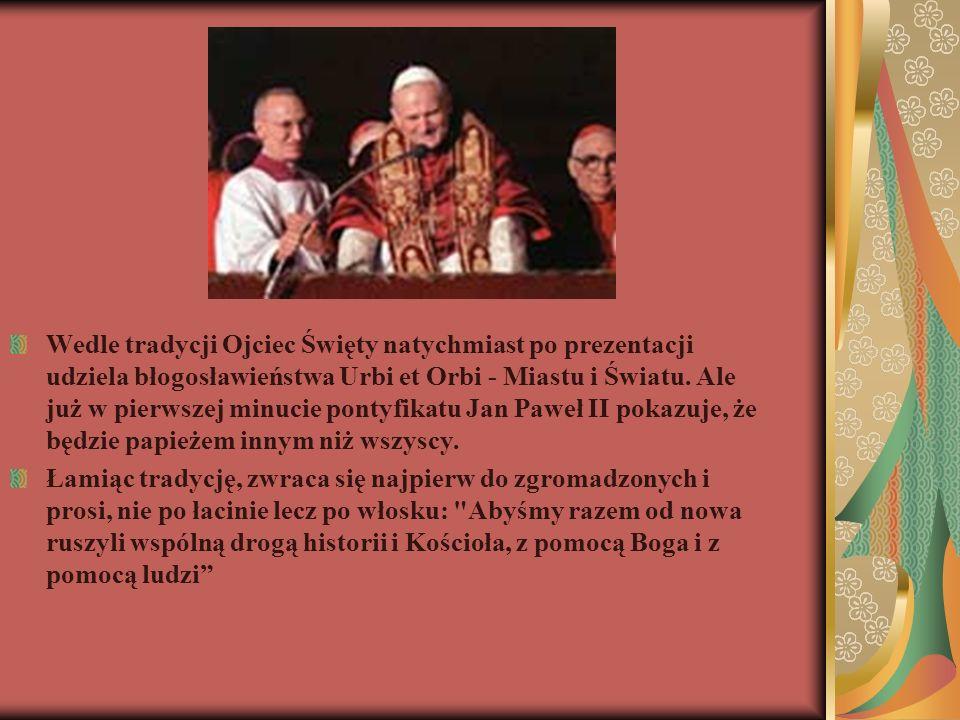 Wedle tradycji Ojciec Święty natychmiast po prezentacji udziela błogosławieństwa Urbi et Orbi - Miastu i Światu. Ale już w pierwszej minucie pontyfikatu Jan Paweł II pokazuje, że będzie papieżem innym niż wszyscy.
