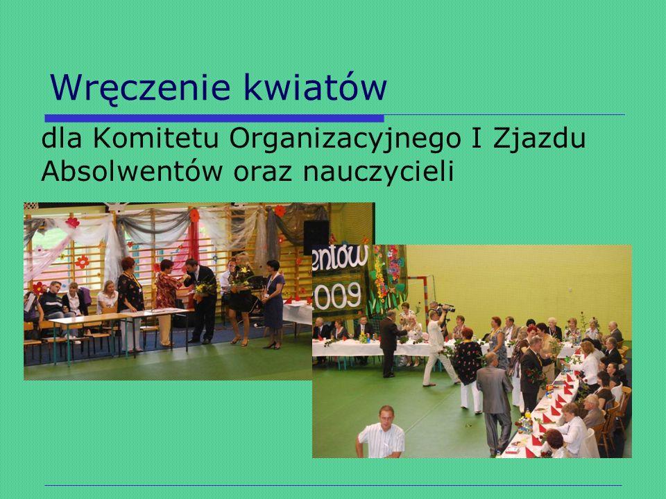 Wręczenie kwiatów dla Komitetu Organizacyjnego I Zjazdu Absolwentów oraz nauczycieli
