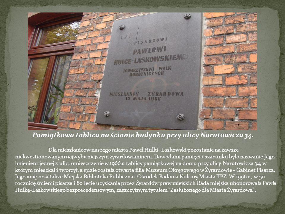 Pamiątkowa tablica na ścianie budynku przy ulicy Narutowicza 34.
