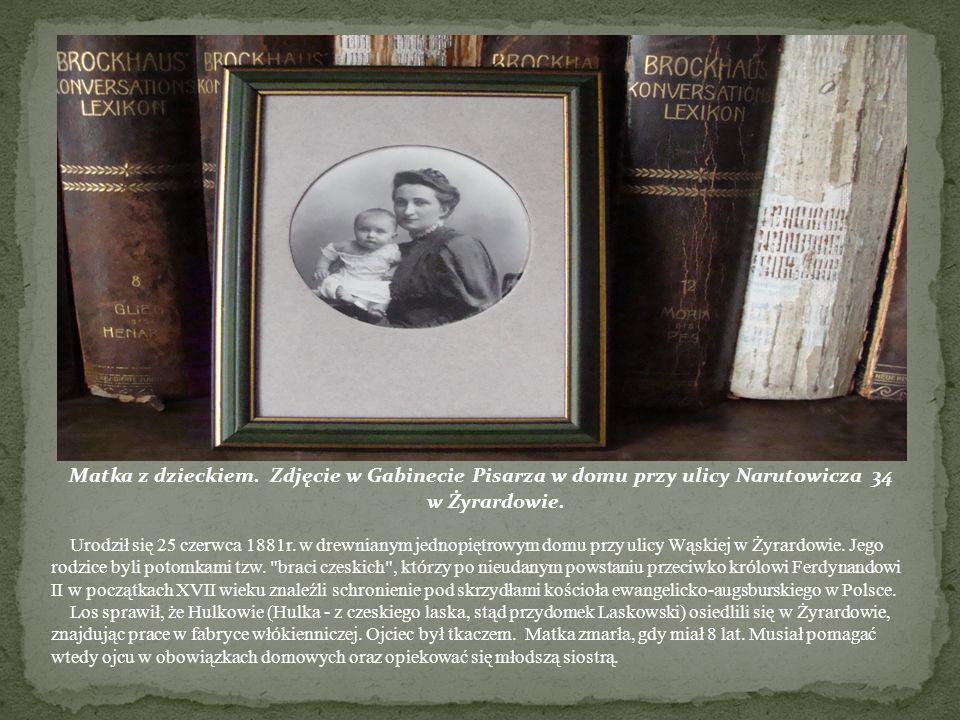 Urodził się 25 czerwca 1881r. w drewnianym jednopiętrowym domu przy ulicy Wąskiej w Żyrardowie. Jego rodzice byli potomkami tzw. braci czeskich , którzy po nieudanym powstaniu przeciwko królowi Ferdynandowi II w początkach XVII wieku znaleźli schronienie pod skrzydłami kościoła ewangelicko-augsburskiego w Polsce.