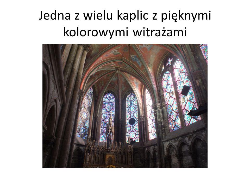 Jedna z wielu kaplic z pięknymi kolorowymi witrażami