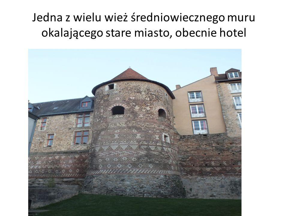 Jedna z wielu wież średniowiecznego muru okalającego stare miasto, obecnie hotel