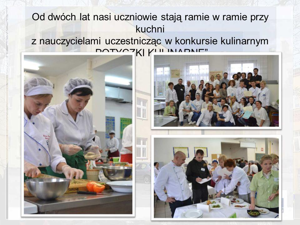 """Od dwóch lat nasi uczniowie stają ramie w ramie przy kuchni z nauczycielami uczestnicząc w konkursie kulinarnym """"POTYCZKI KULINARNE"""