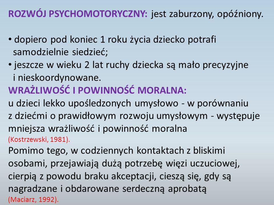 ROZWÓJ PSYCHOMOTORYCZNY: jest zaburzony, opóźniony.