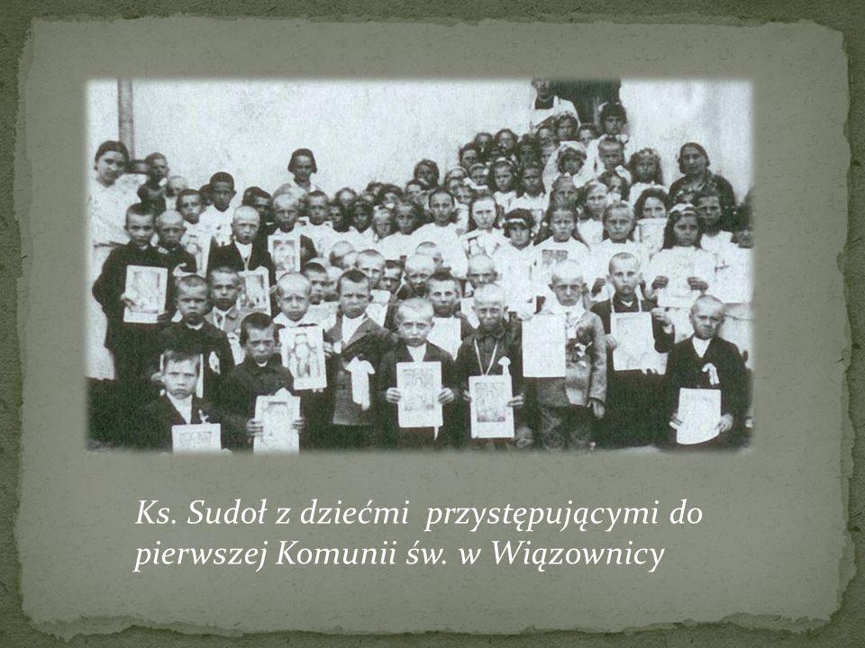 Ks. Sudoł z dziećmi przystępującymi do pierwszej Komunii św