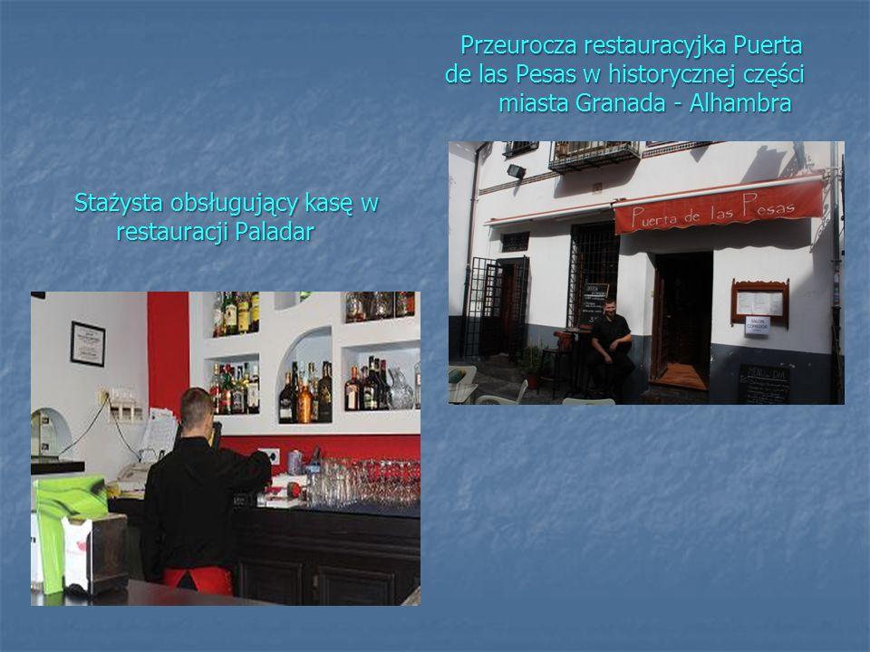 Stażysta obsługujący kasę w restauracji Paladar