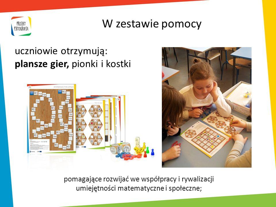 W zestawie pomocy uczniowie otrzymują: plansze gier, pionki i kostki