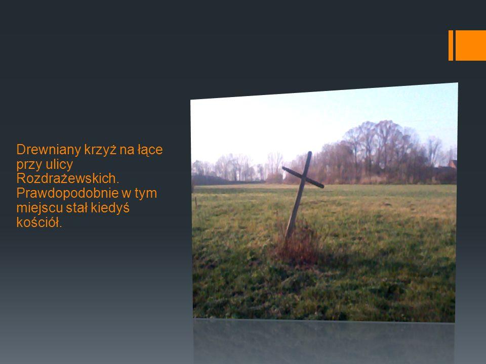Drewniany krzyż na łące przy ulicy Rozdrażewskich