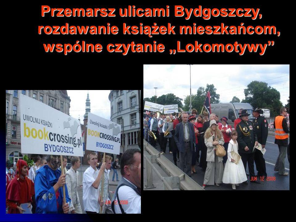 """Przemarsz ulicami Bydgoszczy, rozdawanie książek mieszkańcom, wspólne czytanie """"Lokomotywy"""