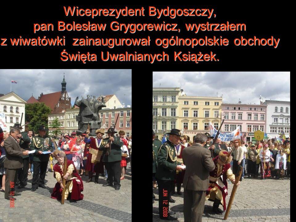 Wiceprezydent Bydgoszczy, pan Bolesław Grygorewicz, wystrzałem z wiwatówki zainaugurował ogólnopolskie obchody Święta Uwalnianych Książek.