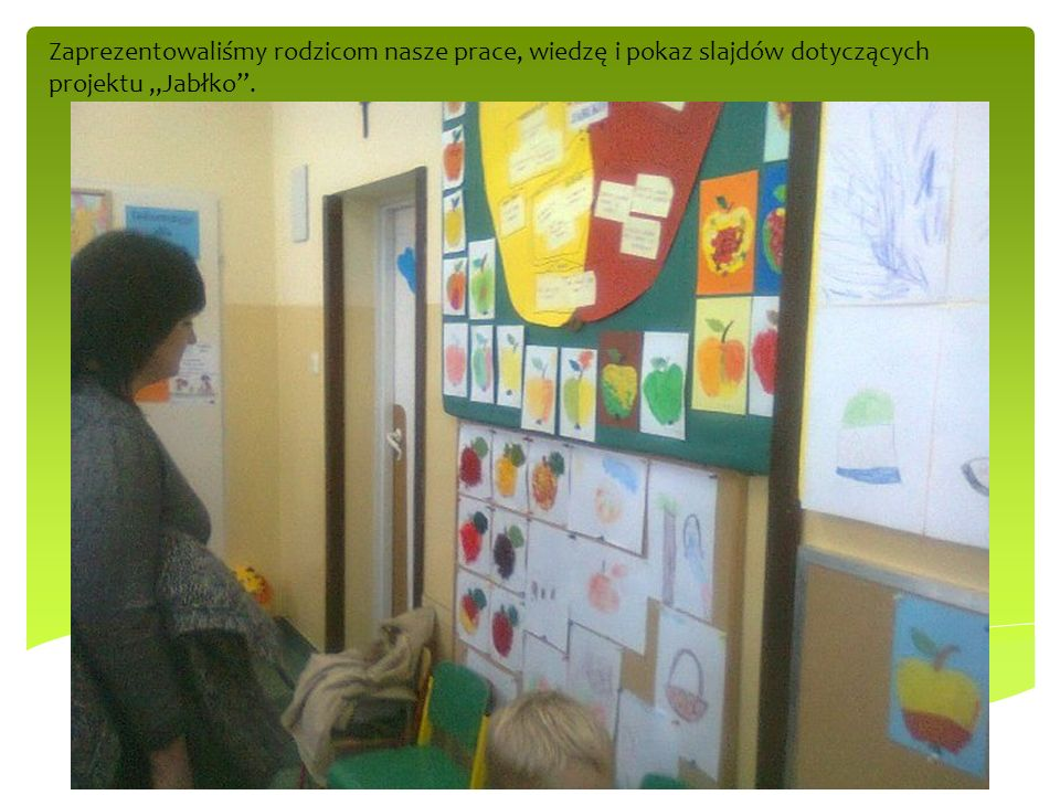 """Zaprezentowaliśmy rodzicom nasze prace, wiedzę i pokaz slajdów dotyczących projektu """"Jabłko ."""