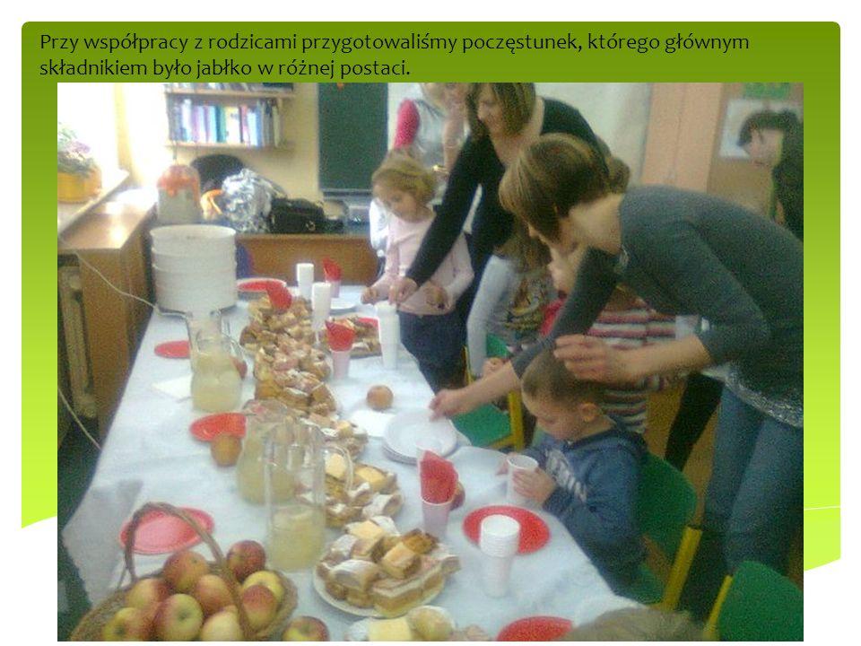 Przy współpracy z rodzicami przygotowaliśmy poczęstunek, którego głównym składnikiem było jabłko w różnej postaci.