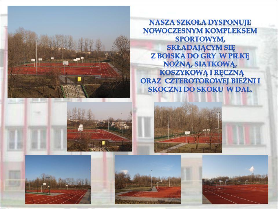 Nasza szkoła dysponuje nowoczesnym kompleksem sportowym, składającym się z boiska do gry w piłkę nożną, siatkową, koszykową i ręczną oraz czterotorowej bieżni i skoczni do skoku w dal.