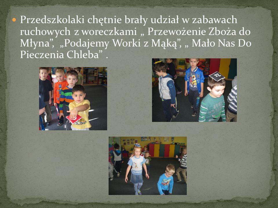"""Przedszkolaki chętnie brały udział w zabawach ruchowych z woreczkami """" Przewożenie Zboża do Młyna , """"Podajemy Worki z Mąką , """" Mało Nas Do Pieczenia Chleba ."""