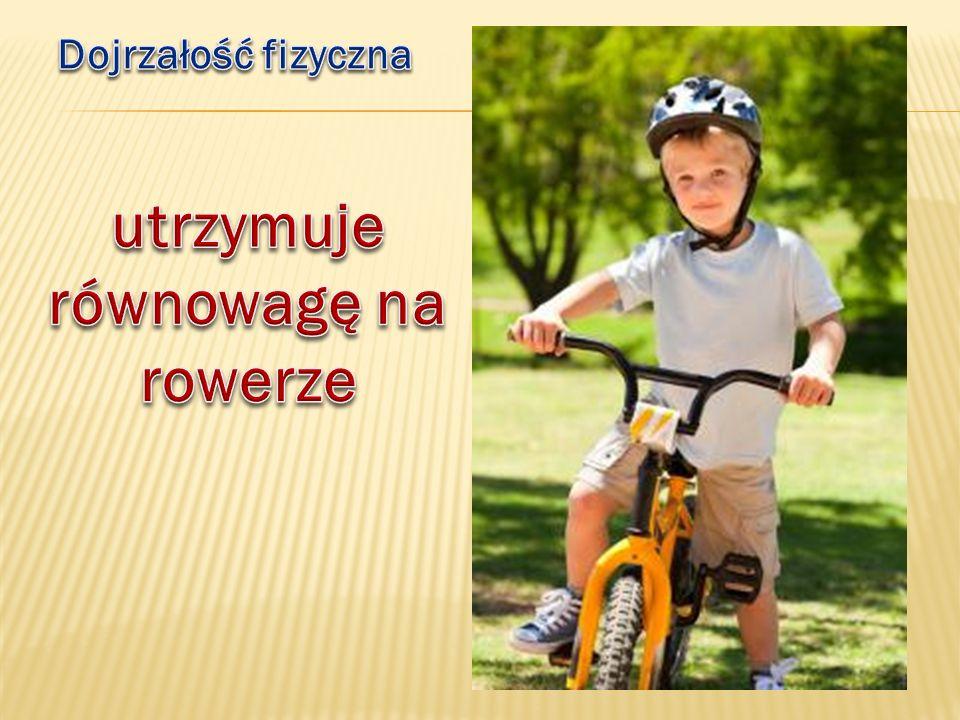 utrzymuje równowagę na rowerze