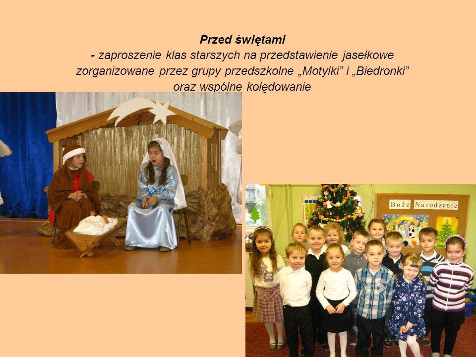 """Przed świętami - zaproszenie klas starszych na przedstawienie jasełkowe zorganizowane przez grupy przedszkolne """"Motylki i """"Biedronki oraz wspólne kolędowanie"""