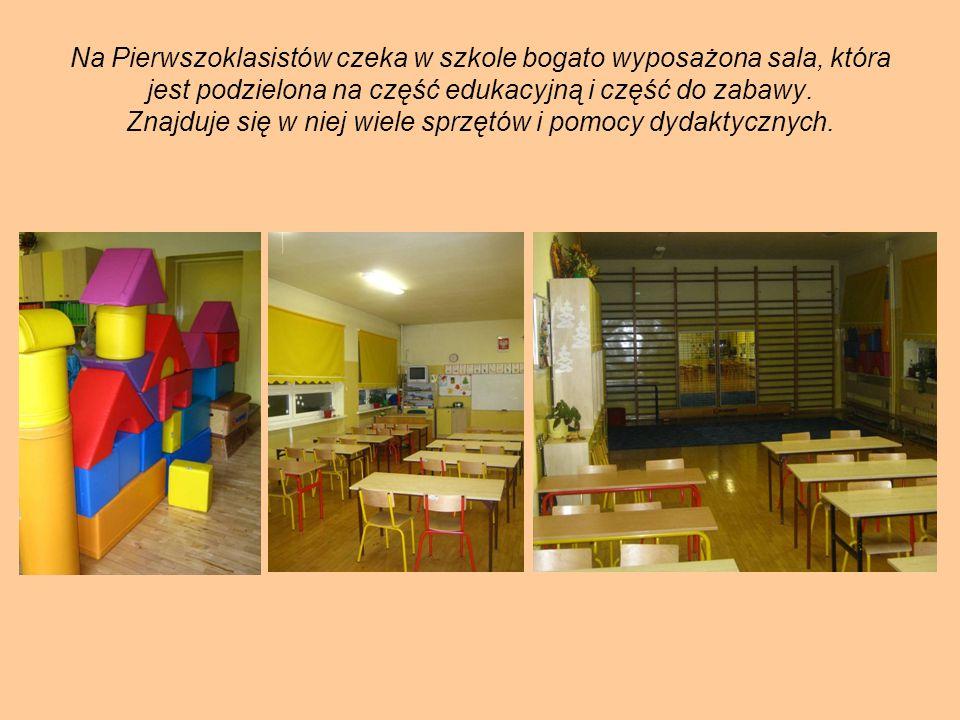 Na Pierwszoklasistów czeka w szkole bogato wyposażona sala, która jest podzielona na część edukacyjną i część do zabawy.