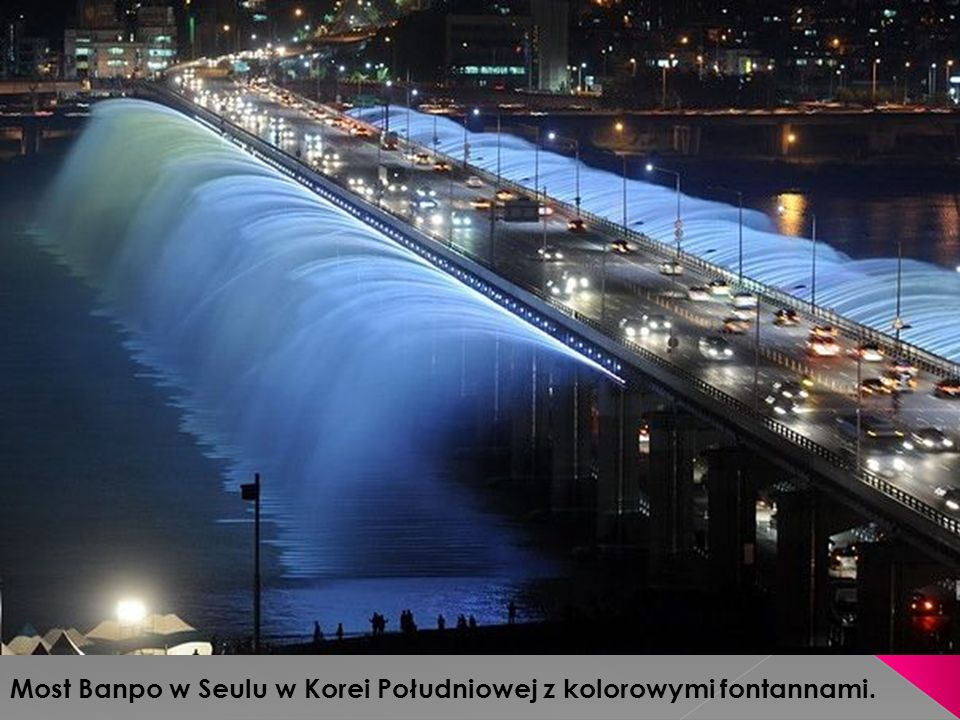Most Banpo w Seulu w Korei Południowej z kolorowymi fontannami.