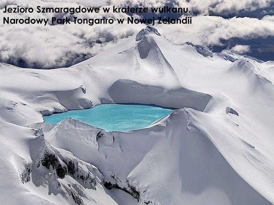Jezioro Szmaragdowe w kraterze wulkanu.