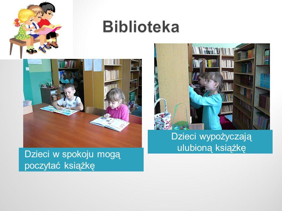 Dzieci wypożyczają ulubioną książkę