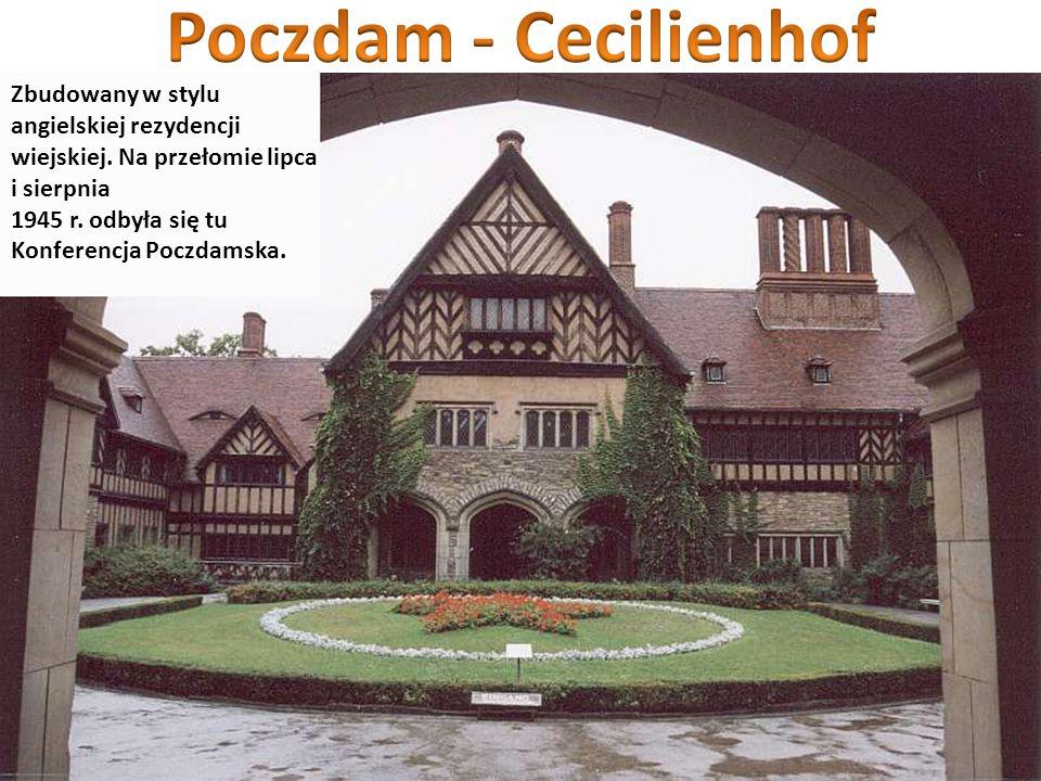 Poczdam - Cecilienhof Zbudowany w stylu angielskiej rezydencji wiejskiej. Na przełomie lipca i sierpnia.