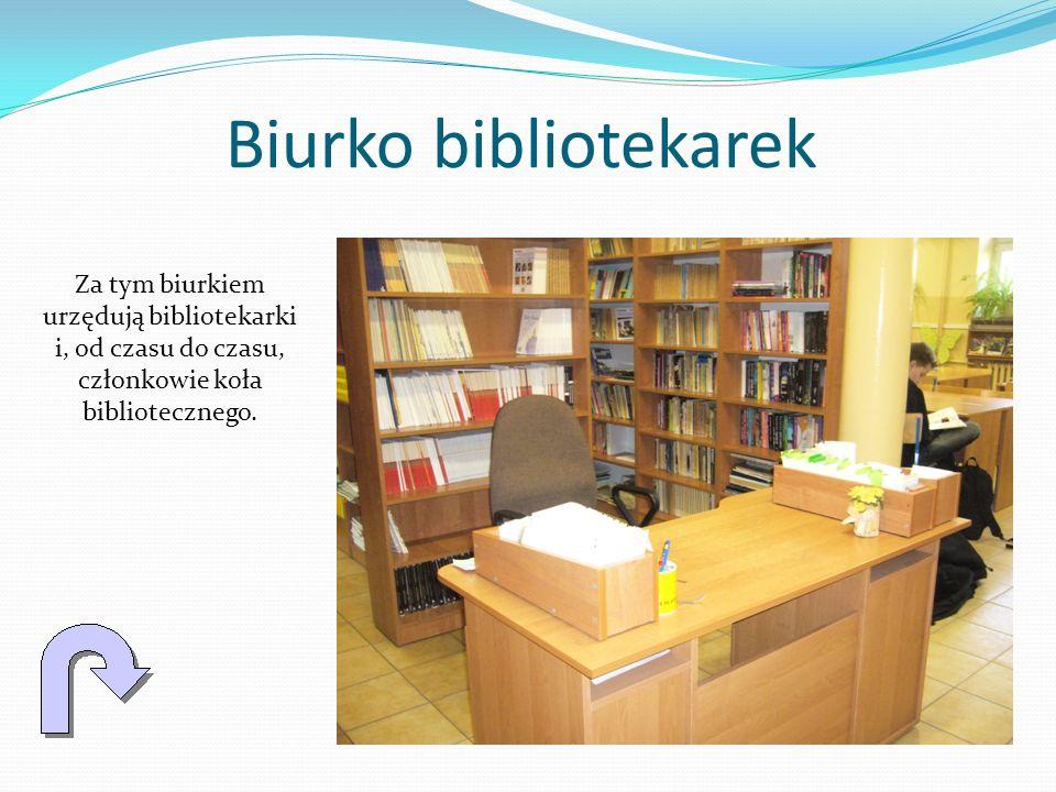 Biurko bibliotekarek Za tym biurkiem urzędują bibliotekarki i, od czasu do czasu, członkowie koła bibliotecznego.
