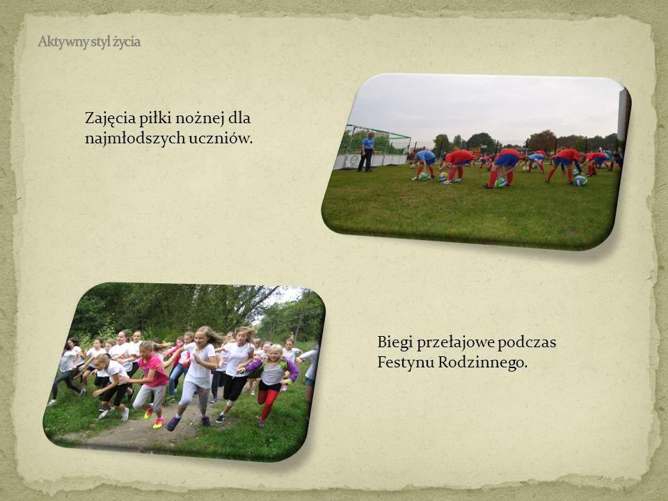 Zajęcia piłki nożnej dla najmłodszych uczniów.
