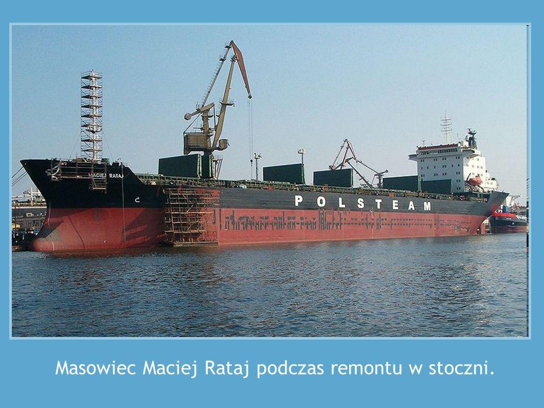 Masowiec Maciej Rataj podczas remontu w stoczni.