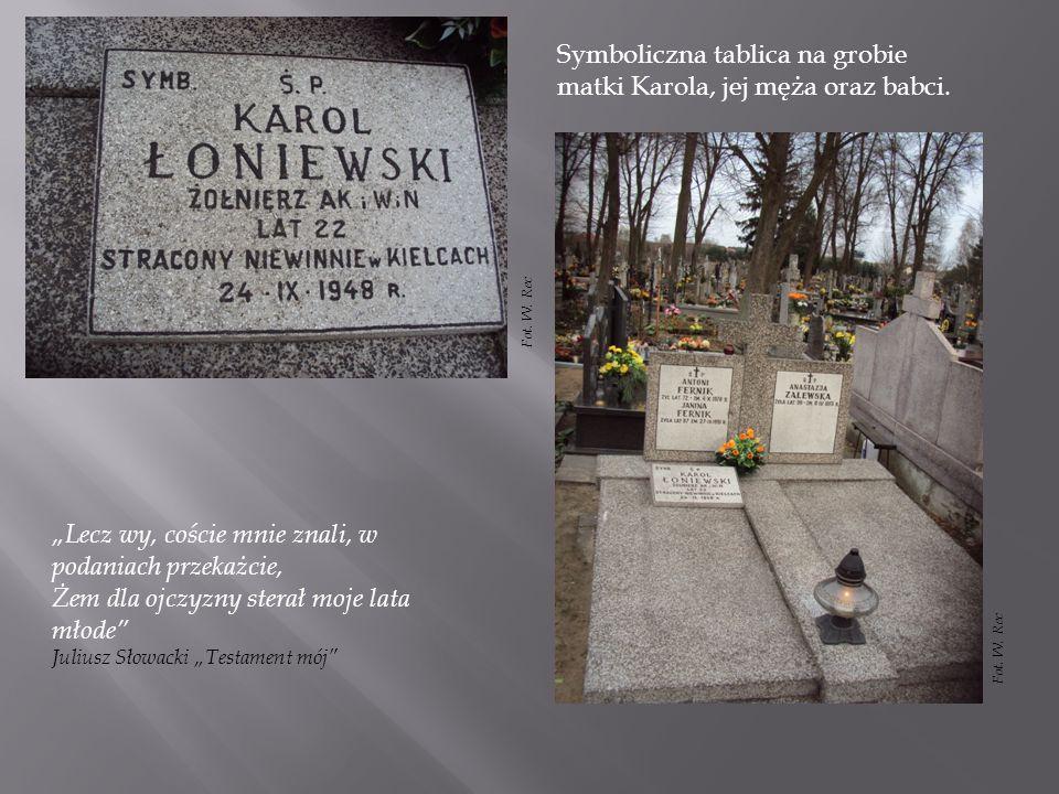 Symboliczna tablica na grobie matki Karola, jej męża oraz babci.