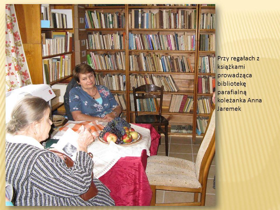 Przy regałach z książkami prowadząca bibliotekę parafialną koleżanka Anna Jaremek