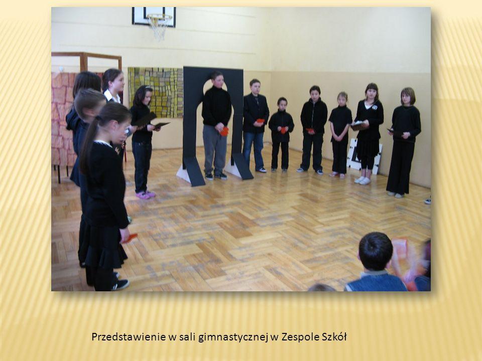 Przedstawienie w sali gimnastycznej w Zespole Szkół