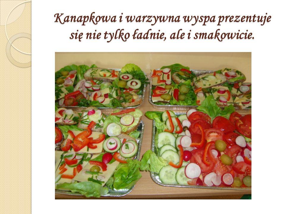 Kanapkowa i warzywna wyspa prezentuje się nie tylko ładnie, ale i smakowicie.
