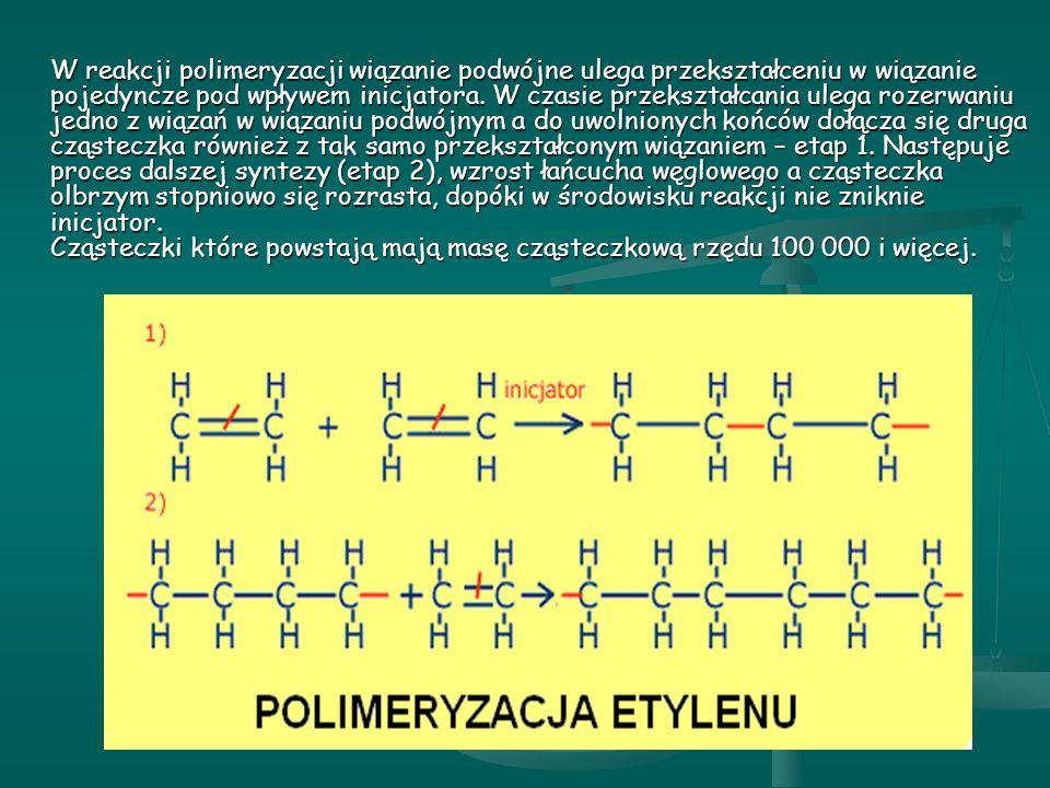 W reakcji polimeryzacji wiązanie podwójne ulega przekształceniu w wiązanie pojedyncze pod wpływem inicjatora.