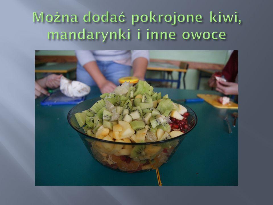 Można dodać pokrojone kiwi, mandarynki i inne owoce