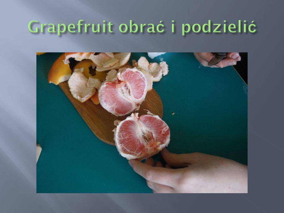 Grapefruit obrać i podzielić
