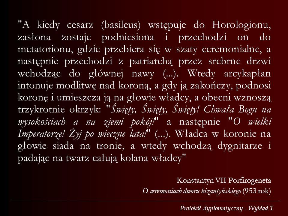 A kiedy cesarz (basileus) wstępuje do Horologionu, zasłona zostaje podniesiona i przechodzi on do metatorionu, gdzie przebiera się w szaty ceremonialne, a następnie przechodzi z patriarchą przez srebrne drzwi wchodząc do głównej nawy (...). Wtedy arcykapłan intonuje modlitwę nad koroną, a gdy ją zakończy, podnosi koronę i umieszcza ją na głowie władcy, a obecni wznoszą trzykrotnie okrzyk: Święty, Święty, Święty! Chwała Bogu na wysokościach a na ziemi pokój! a następnie O wielki Imperatorze! Żyj po wieczne lata! (...). Władca w koronie na głowie siada na tronie, a wtedy wchodzą dygnitarze i padając na twarz całują kolana władcy
