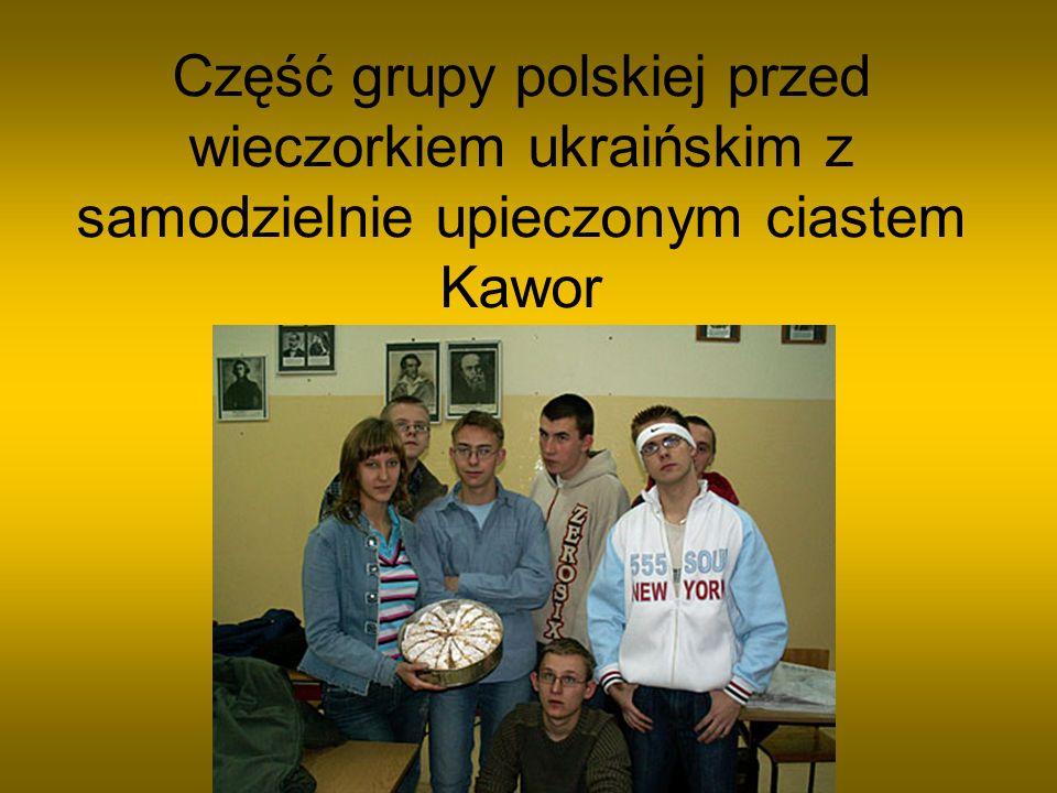 Część grupy polskiej przed wieczorkiem ukraińskim z samodzielnie upieczonym ciastem Kawor