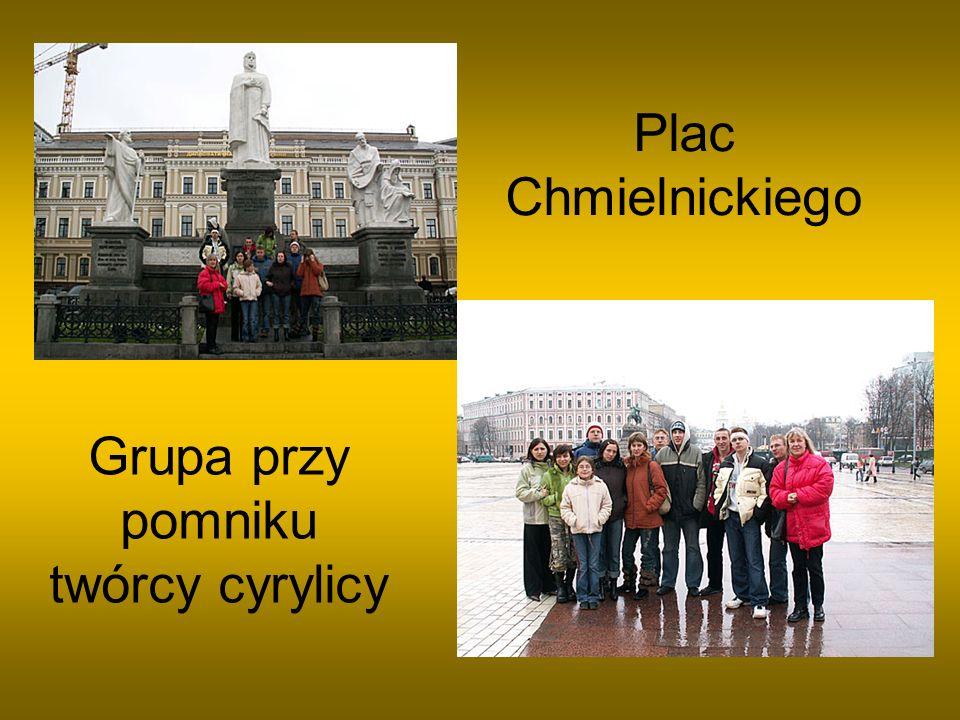Grupa przy pomniku twórcy cyrylicy