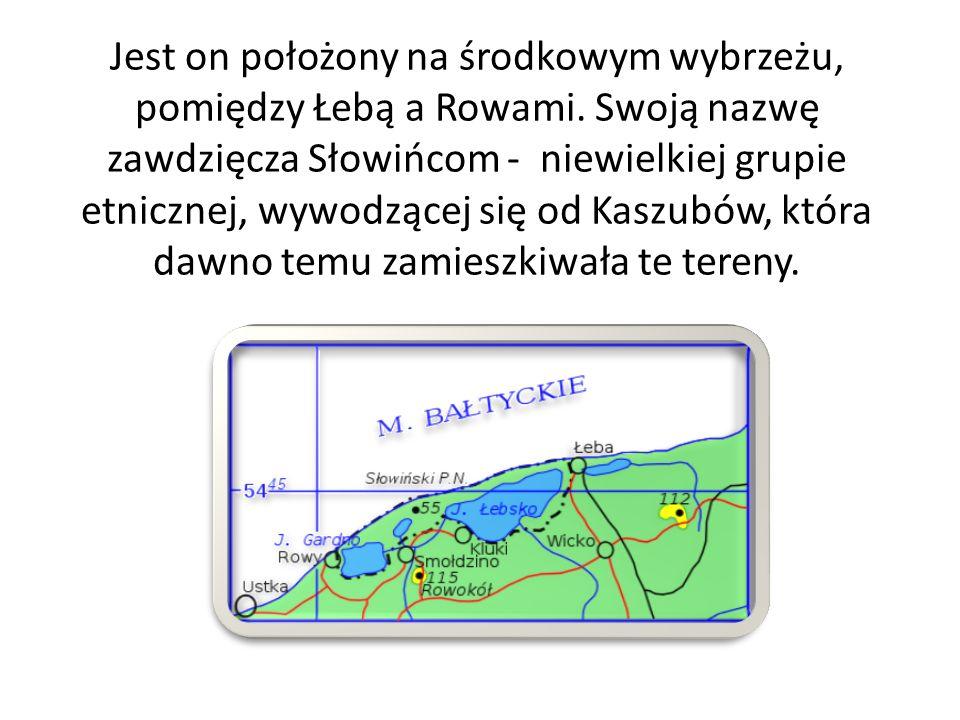 Jest on położony na środkowym wybrzeżu, pomiędzy Łebą a Rowami