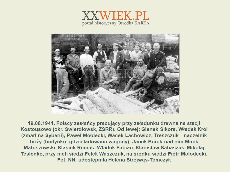 19.08.1941. Polscy zesłańcy pracujący przy załadunku drewna na stacji Kostousowo (okr.
