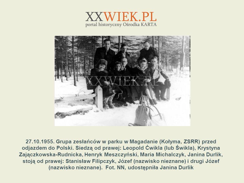 27.10.1955. Grupa zesłańców w parku w Magadanie (Kołyma, ZSRR) przed odjazdem do Polski.