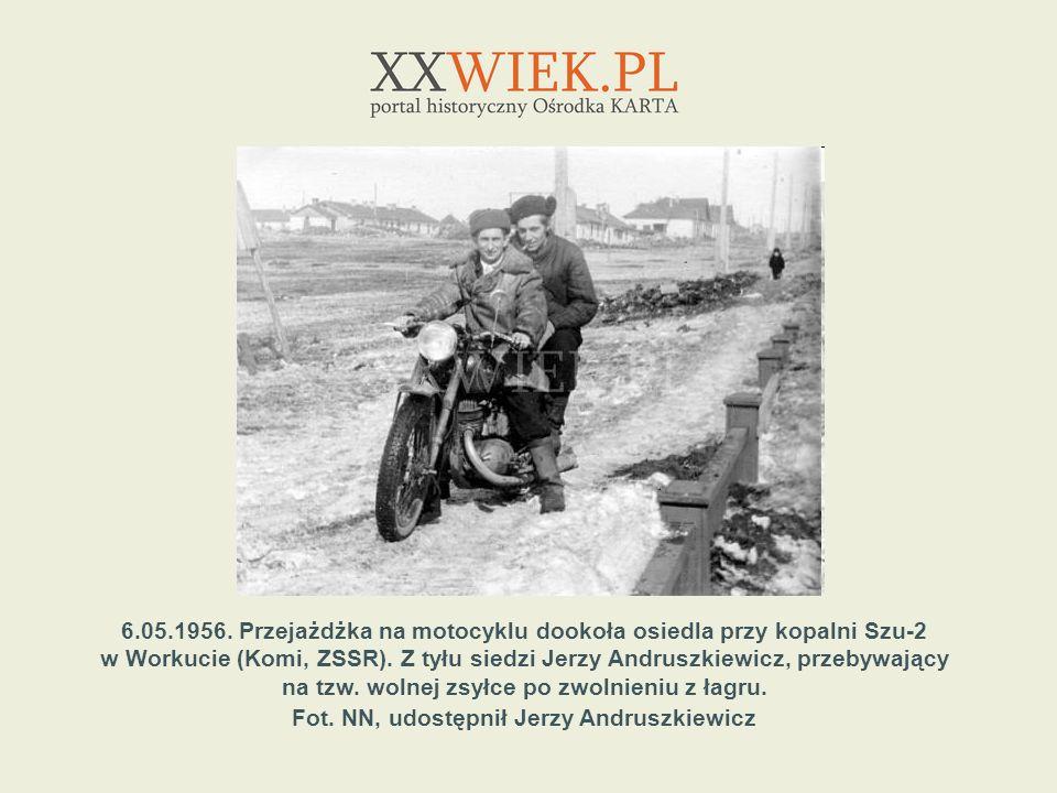 6.05.1956. Przejażdżka na motocyklu dookoła osiedla przy kopalni Szu-2